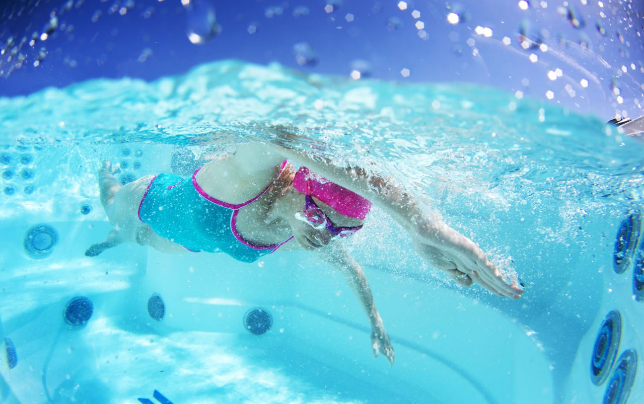 Die fünf Schwimmdüsen des SwimCross ™ Systems sind luftfrei und erzeugen einen weniger turbulenten Strom als das typische Schwimmbäder.